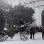 Pio X in landau, accompagnato dai suoi segretari