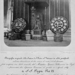 Statua di San Pietro in Vaticano con abiti pontificali